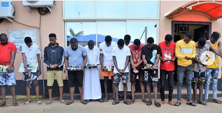 EFCC Arrests 15 Yahoo Boys Attempting To Flush Their Phones Through The Toilet