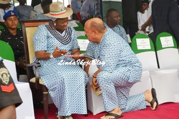 An Akwa Ibom Commissioner kneels before the first lady of the state.